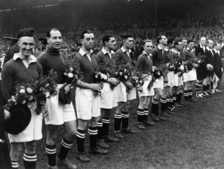 De Chelsea-spelers, wat onhandig met bloemen in hun handen