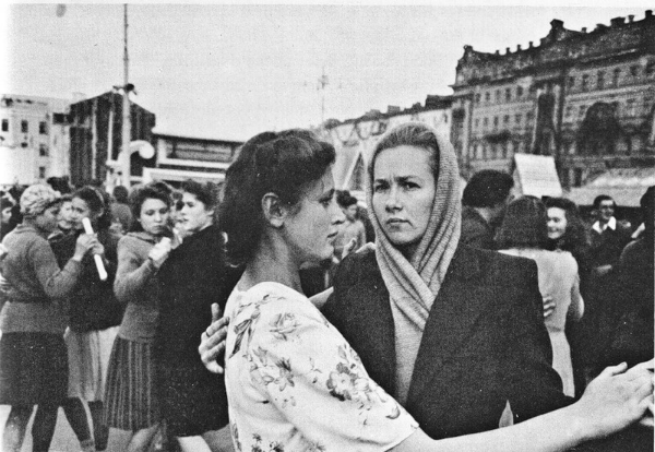 Robert Capa Moscow Red Square Rode Plein Russische vrouwen fotografie