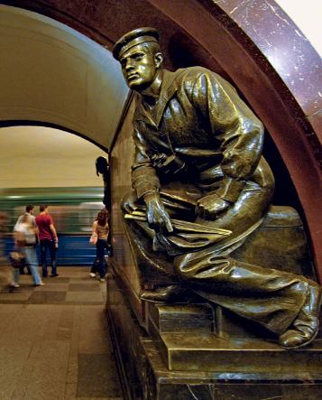 metrostation Revolutieplein Plosjtsjad Revoljoetsi beelden matrozen