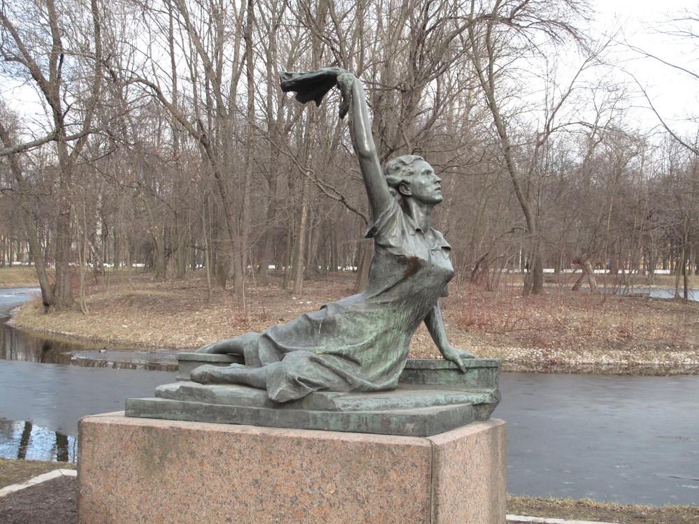 Raymonde Dien standbeeld Sint-Petersburg