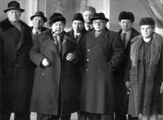 Gerasimov (met pijp) en leden van de Kunstacademie
