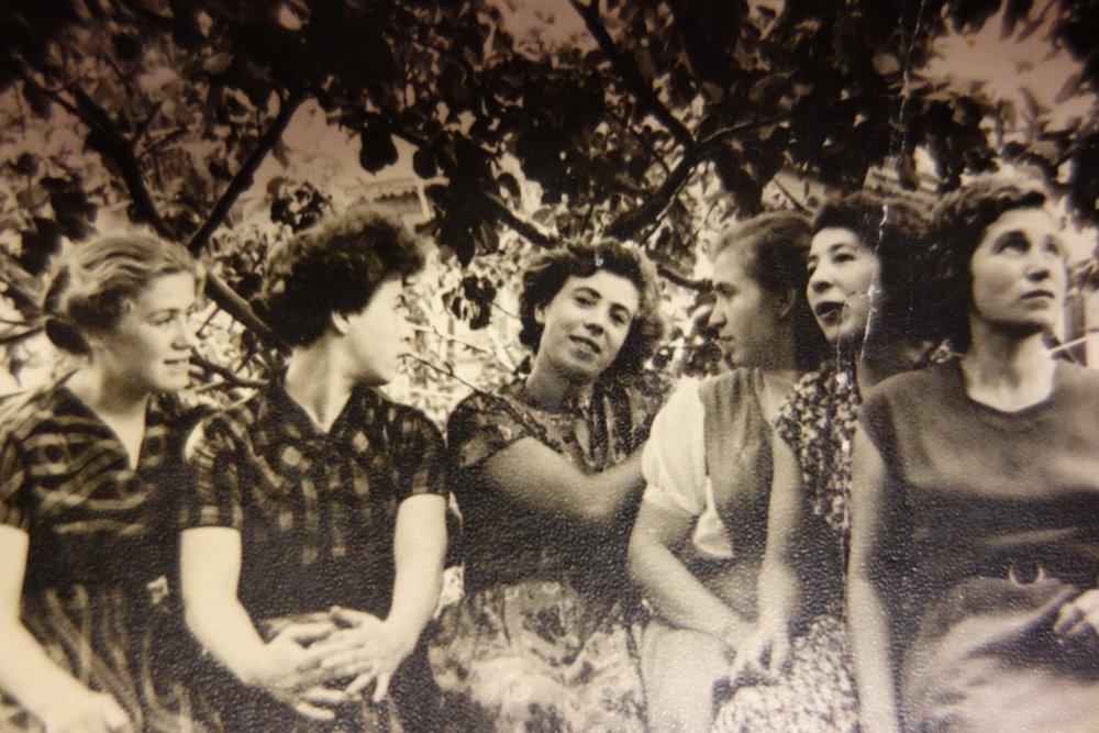 De zes zussen. Aliona's moeder Zoja in het midden.