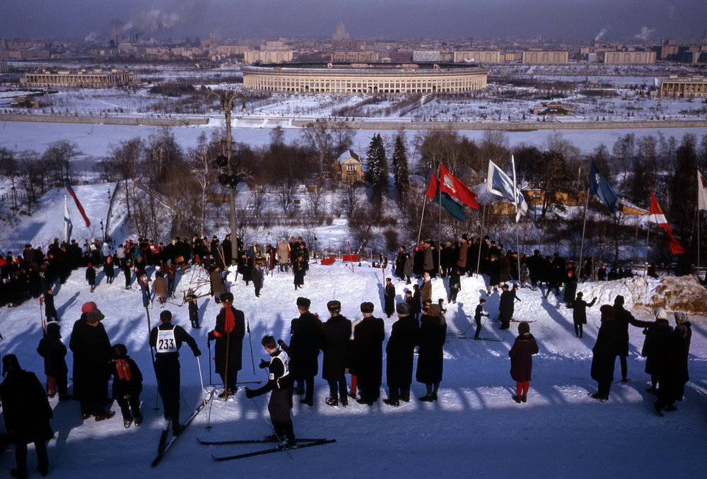 Een slalomwedstrijd op de Leninheuvels in Moskou (1964). Deze foto steekt er qua scherpte en compositie bovenuit.