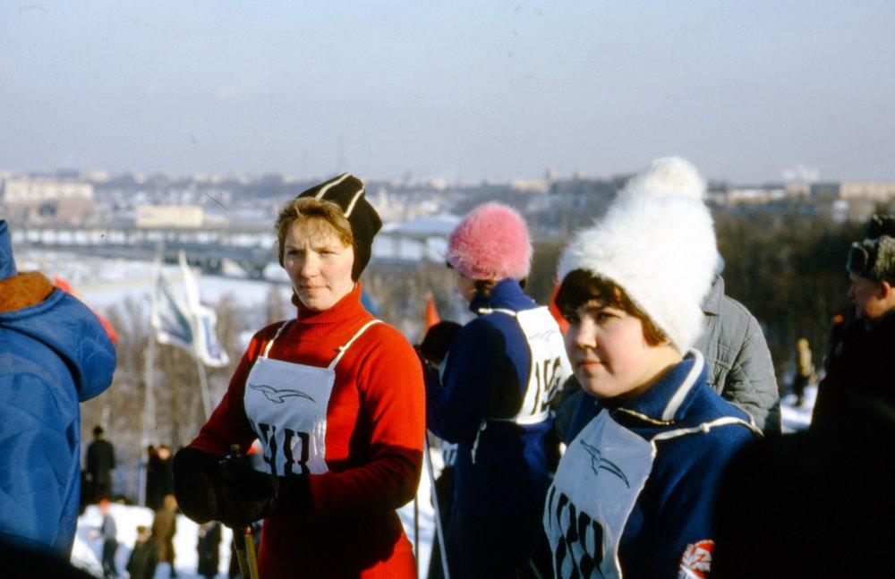Deelneemsters aan de skiwedstrijd, met op hun borst de stormvogel, het symbool van de sportvereniging Boerevestnik, voor studenten en docenten.