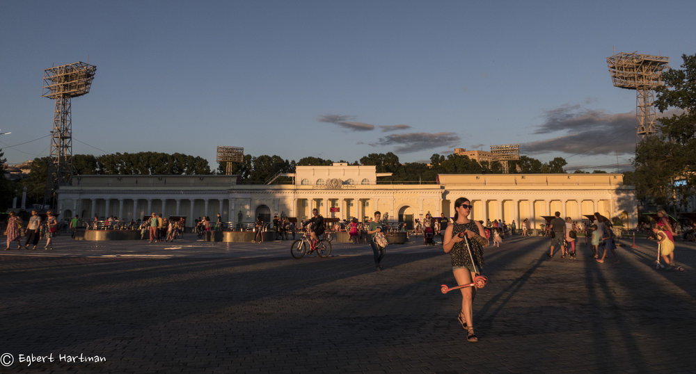 Het Leninstadion in 2017. Het bord rechts vermeldt de gedragsregels voor het publiek.