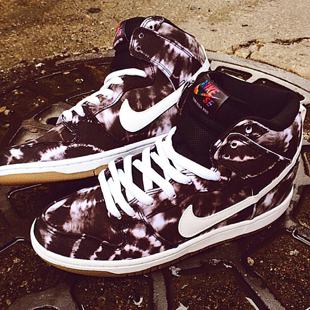 Nike sb tie-die high sneakers is definitely in our top 10 favorite sneakers for the summer. The colorway is amazing and would be something I would want to wear to really stand out in the crowd and get noticed. What do you think about these sneakers ? Cop or drop?