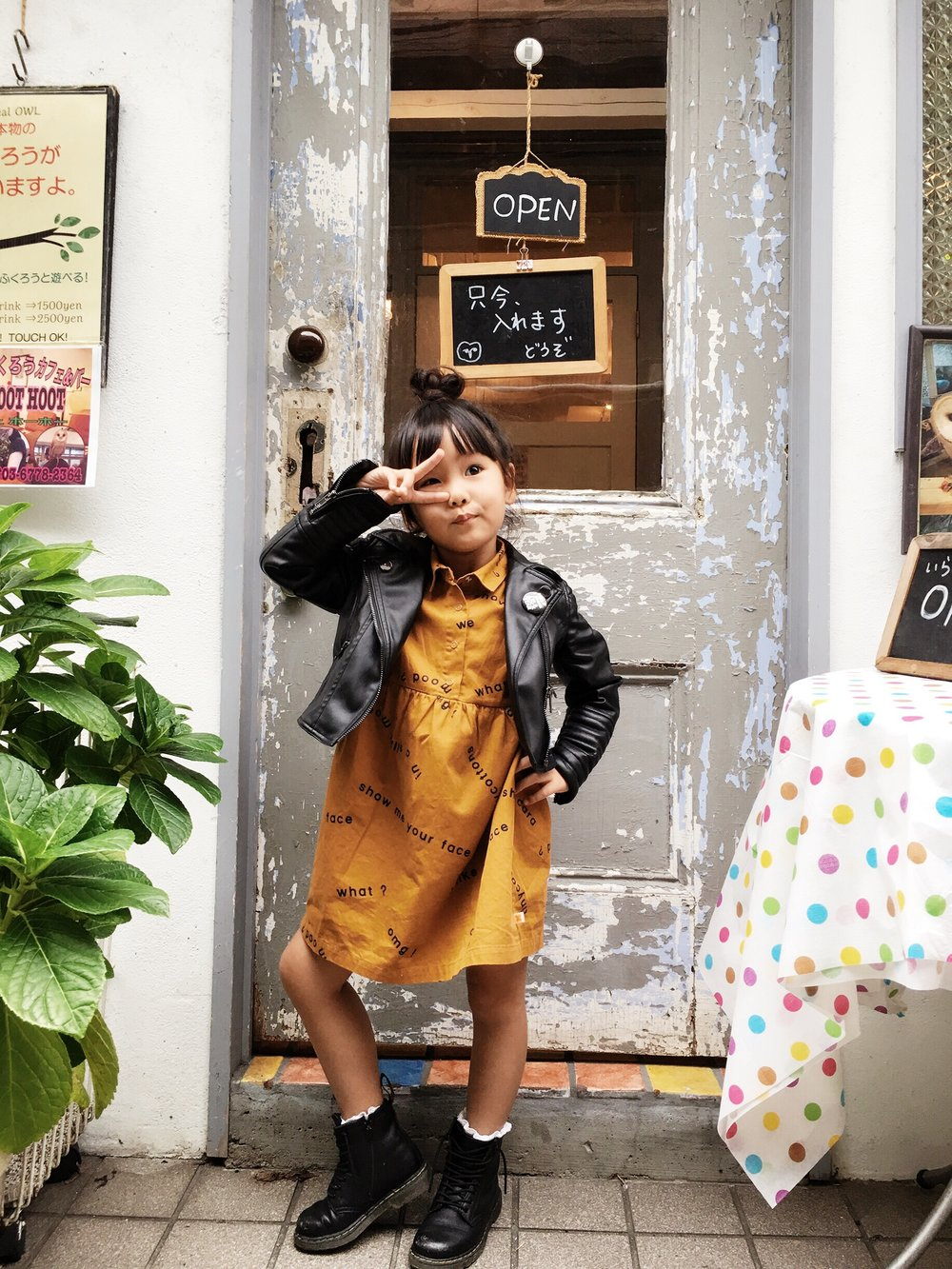 In front of CAFE HOOT HOOT (OWL CAFE): a to-go spot if your little ones are not afraid of Owls! Dress:TINY COTTONSfrom select shop MINOU KIDS