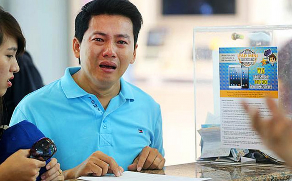 A tearful Thoai from Vietnam, victim of a tourist scam in Singapore. Image source: Lianhe Zaobao