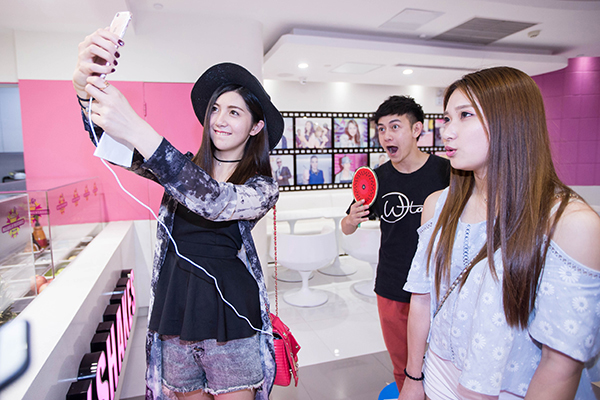 A cyber celebrity live-streams from a mall in Hangzhou, Zhejiang province in June 2016. Photo:  C  hina Daily