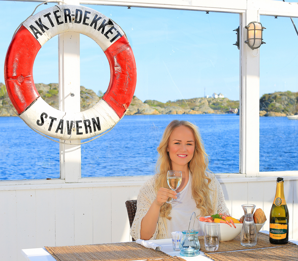 """Stavern hele året - her fra hotellets uterestaurant (""""Akterdekket"""") en vakker vårdag i april. Stavern regnes som stedet i Norge med flest soltimer i løpet av året."""