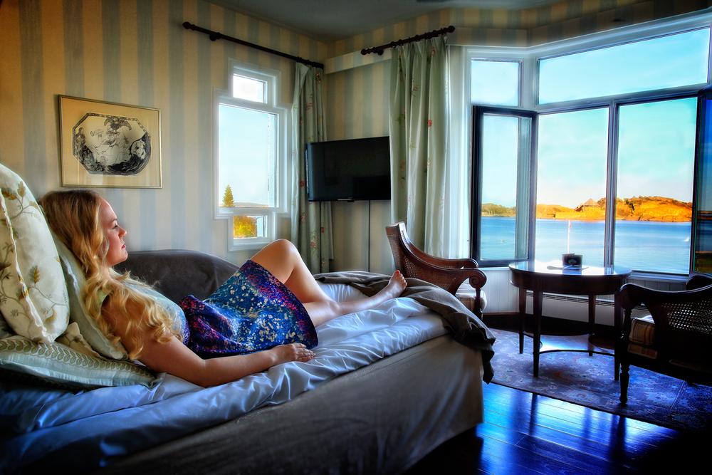 La sommerkvelden synke inn. Det er en lise for sjelen å ligge bekymringsløst i sengen, studere skjærgårdslivets liv og røre, mens kveldssolen forgyller citadellet og Stavernsøya.