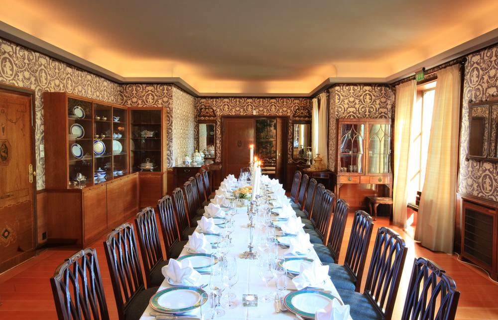 Her dekkes det delikate bord og til enhver anledning med 1800-tallets kandelabre og blomster etter eget ønske.