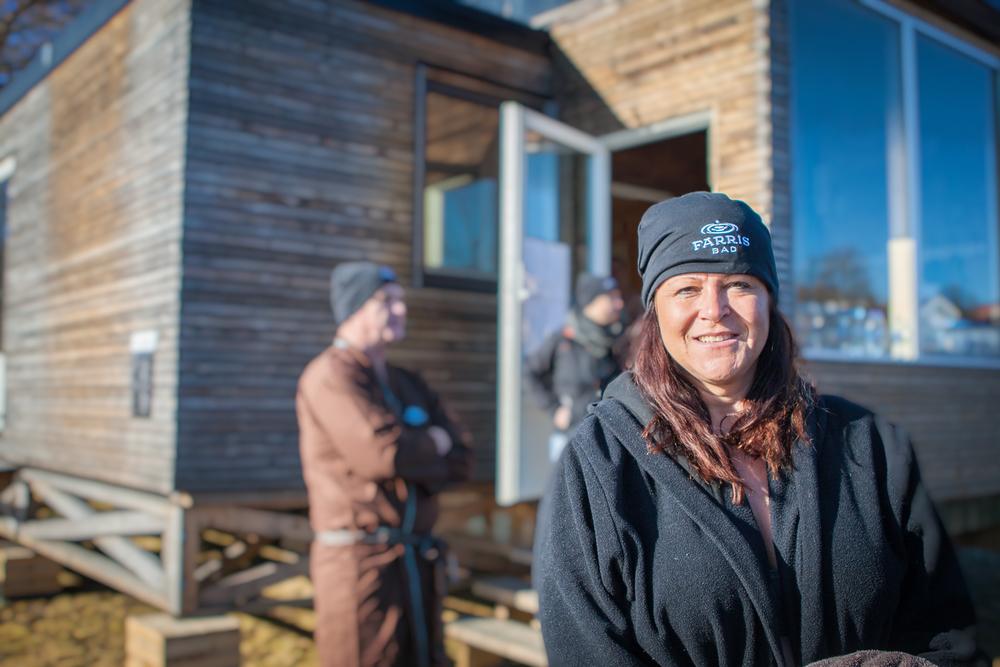 Nita Christensen, her utenfor badstuen på Batteristranda. Foto: © Jørgen Steffensen