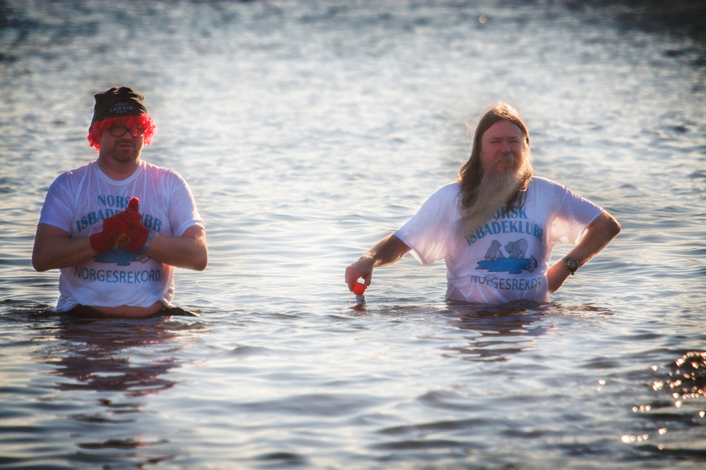 Trygve Bauge i Norsk Isbadeklubb duppet i vannet lenge etter at de fleste hadde gått opp.– Nå har jeg norgesrekord, verdensrekord, og 18 minutter her gjør vel at jeg også har Vestfoldrekorden, sier en lykkelig Trygve Bauge (til høyre). Foto: © Jørgen Steffensen