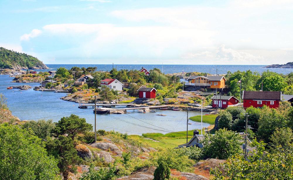 Øygruppen Arøyene og Stokkøya er Vestfolds siste skanse mot Skagerrak. Det meste av motivet i bildet er fra Lille Arøya, En flik av Store Arøya skimtes bakerst til venstre i bildet.