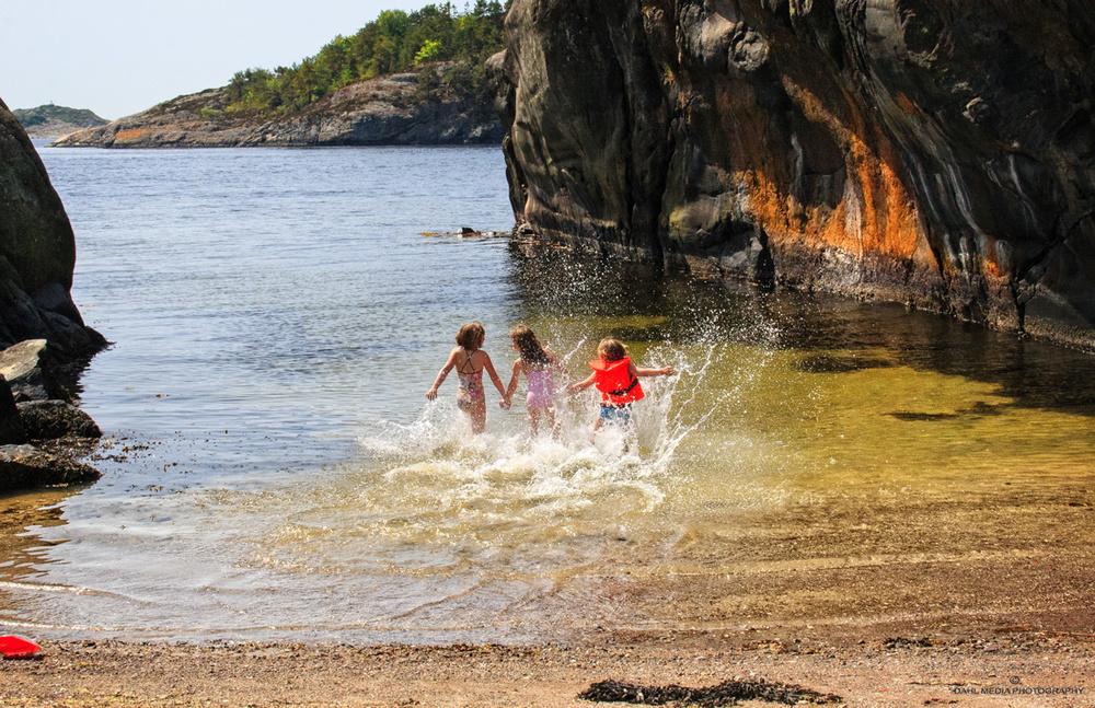 I sydenden av Stokkøya er det flere fine badeplasser, her fra den barnevennlige sandstranden.