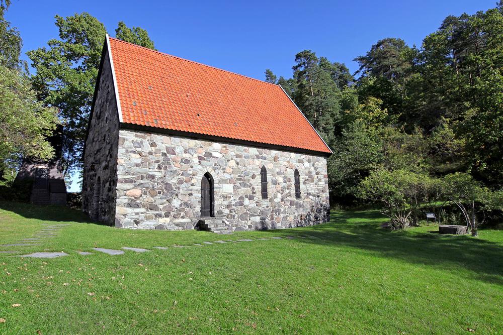 Løvøy Kapell. Øya ble valfartet av søkende mennesker fra den katolske verden. Det var ikke mer enn rett og rimelig at det ble bygd en kirke på stedet. Nøyaktig når dette skjedde, vet man ikke, men det må ha vært på 1200-tallet. Til høyre i bildet kan du se St. Olavs-brønnen.