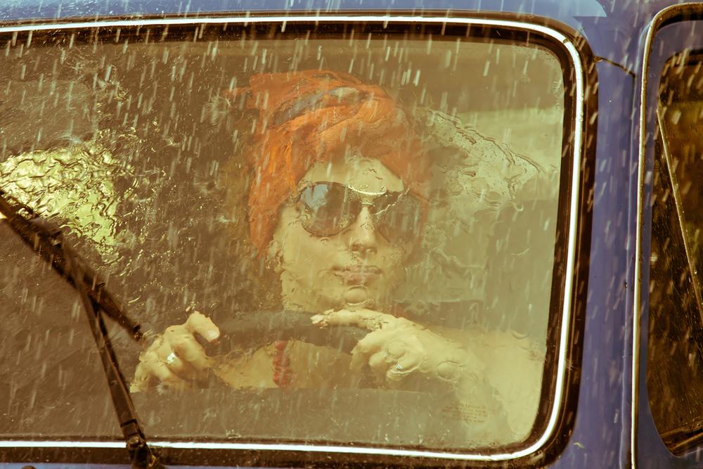 Sommerdagen som ikke ble som planlagt   Vi kjenner vel alle til situasjonen hvor dagen ble en helt annen fordi det helsikes regnværet kom så plutselig. Mange av oss er sikkert gamle nok til å huske fra regnfulle sommerdager vi ble sittende å vente i bilen. Tromming på taket, lukt av fuktig bil, og den ustanselige vindusviskeren med sin umiskjennelige lyd. Litt koselig var det og, ah, det var tider det!