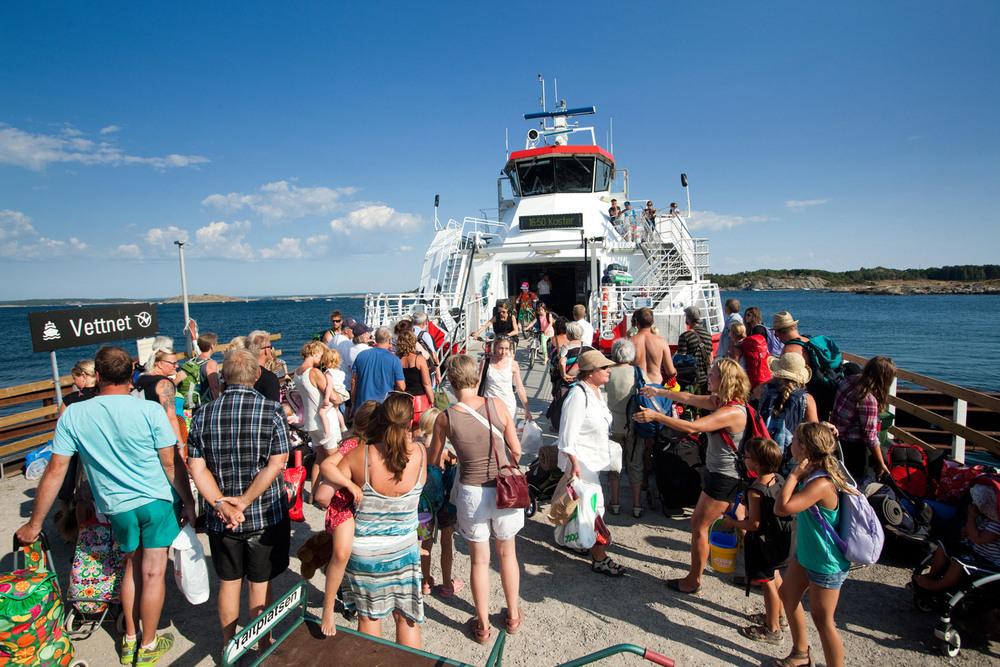 Turister, hyttefolk, og badegjester fraktes ut til øyriket med Kosterfergene fra Strømstad.
