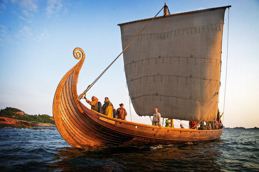 Det unike seilet som blir omtalt som «Verdens vakreste råseil». Fremgangsmåten for å lage seilet er en prosess i seg selv. Ullen til garnet blir laget fra spælsau – også kjent som viking-sau. Disse går fritt på enkelte av øyene i skjærgården, blant annet Færder. Foto: Ole Harald Flåthen