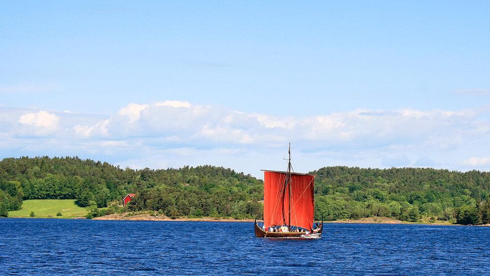 Vikingskipet  Gaia er en kopi av  Gokstadskipet. Her fra sundet mellom øya Veierland og Engø i Sandefjord.