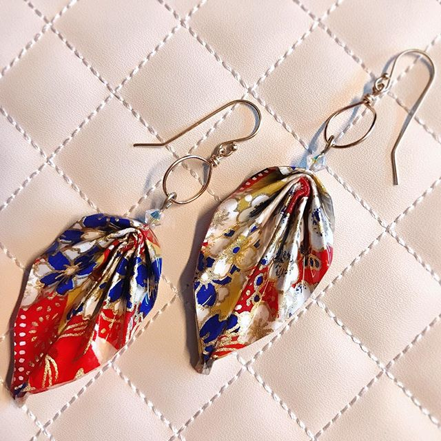 Hope everyone is having a great Memorial Day as we remember those who put our lives above their own. Thought I'd share this lovely patriotic print I found and used for the origami leaf earrings with hoop. ✌️💕 #clockeworkandlace #handmadejewelry #memorialdayjewelry
