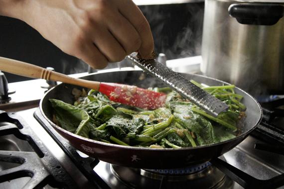 3. 以鹽、黑胡椒與肉豆蔻調味。  *最重要且容易失敗的關鍵:菠菜容易把過鹹的味道表現出來,稍後還會加入起司,所以這邊加鹽要格外小心,不要加太多了!