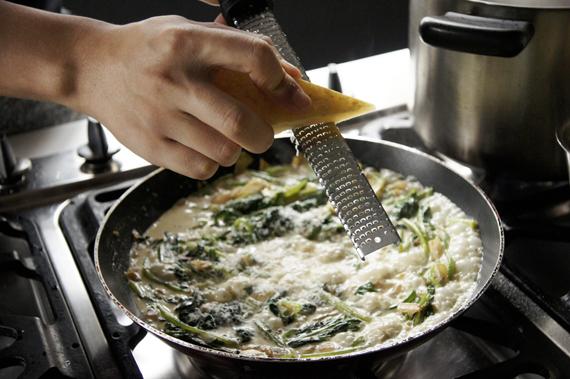 4. 將菠菜盛盤,將新鮮帕碼森起司現磨撒在菠菜上,簡單拌勻試一下鹹度,也可以換成其他硬質的起司刨成片或絲加入。