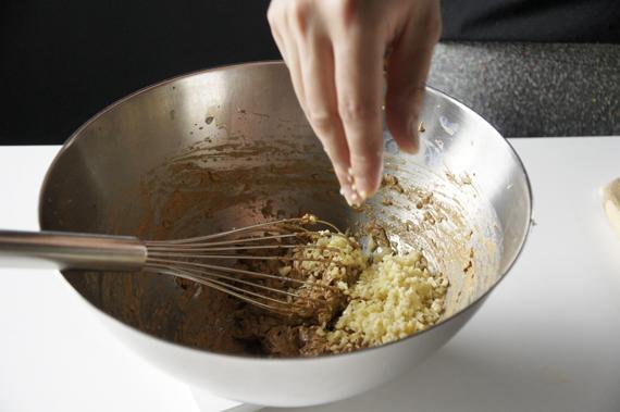 3. 加入薑繼續拌勻。