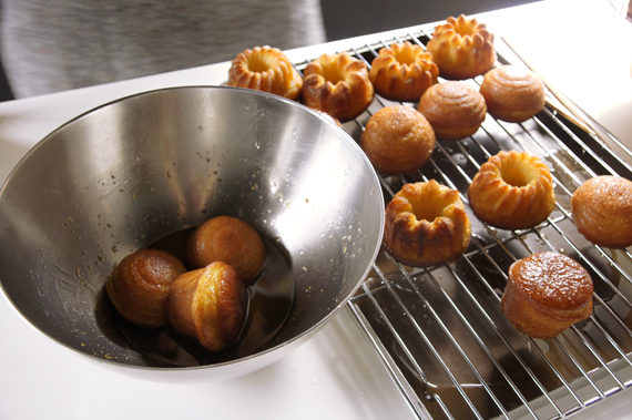 將冷卻後的蛋糕體泡一層糖漿,用刀子戳戳看是否夠軟,輕鬆戳進去就可以了!
