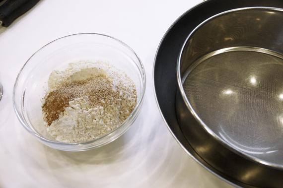 1. 將粉類(中筋麵粉、薑粉、肉桂粉與肉豆蔻)過篩後加入柳橙皮備用。