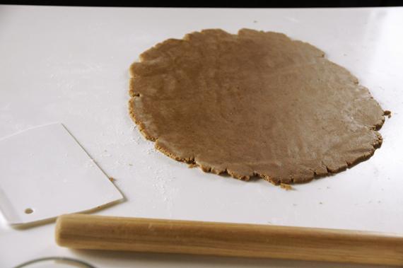 4. 取出桿平、壓模後小心翼翼的放到烤盤上,以攝氏180度烤約8-10分鐘。放涼備用