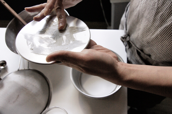 準備:將烤箱預熱至攝氏180度,將烤盤鋪上一層烘培紙。 將烤模抹上一層薄薄的奶油(主要功能為黏住烘培紙),烘培紙放入烤模後將上端的紙往上拉,旁邊就稍微折疊黏住烤模邊緣即可。
