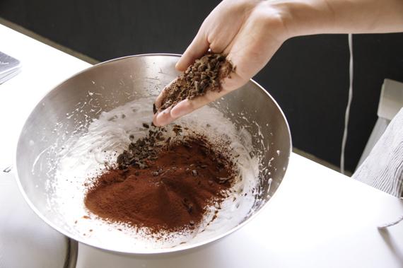 3. 加入過篩的可可粉、巴薩米克醋與剁碎的巧克力,以切、拌方式溫柔的混合攪拌均勻。