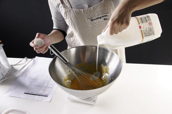 1. 蛋黃與砂糖1混合均勻後加入牛奶。