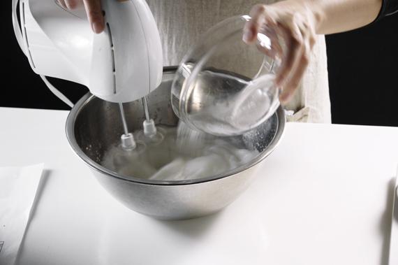 3. 蛋白加入鹽巴稍微打發,砂糖2分3次加入。