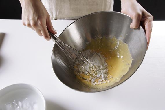 3. 加入一起過篩好的玉米粉與低筋麵粉。