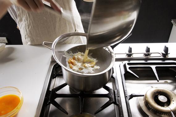5. 過濾後回爐火持續攪拌煮至濃稠。