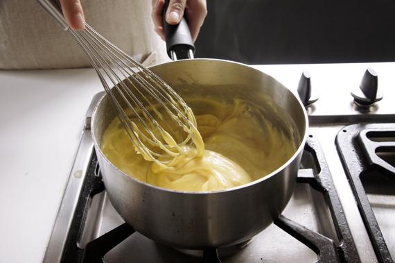 *試著將麵糊以攪拌器拉起如果已經成型不會馬上化成液態就表示好了!
