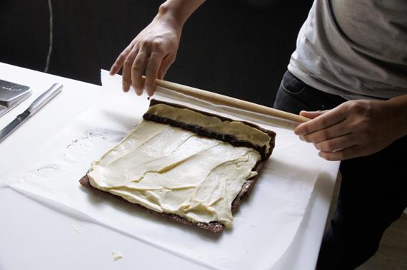 如果想要進一步裝飾還可以用叉子刻畫樹皮的紋路,輕輕將核桃塞入後灑上白如雪的糖粉,小心翼翼盛盤即可。