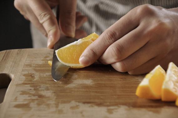 1. 先將柳橙頭尾去掉,切成約八等分,將肉去掉,盡量將白末(白色的部分)取掉。切條約6mm備用。