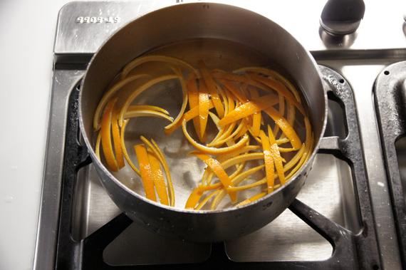 2. 將柳橙條以冷水起鍋煮3次(滾了熄火再起一鍋重新煮),每次水滾後繼續煮8分鐘。這個步驟主要為了去除果皮的苦味。