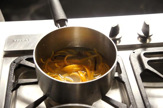 3. 水、砂糖、調味料與橙皮一起放進去,煮滾後轉小火燉煮15-20分鐘。