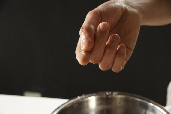 3. 步驟1煮糖漿至125度,成結晶硬球狀。 如果沒有溫度計,可以用手指來測試溫度:把手泡到冰塊水後迅速到糖漿鍋內抓一球出來放回冰水捏成型,怕危險的話可以改用小湯匙挖。