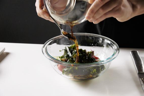 4. 沙拉葉(可依照個人喜好選擇),將沙拉撕成適當大小。 5. 混合所有材料加入調配好的醬汁,攪拌均勻即可。