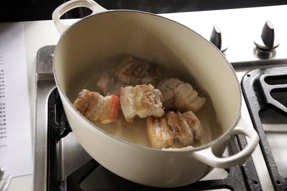 4. 將肉取出稍微沖洗,去除肉末與雜質。