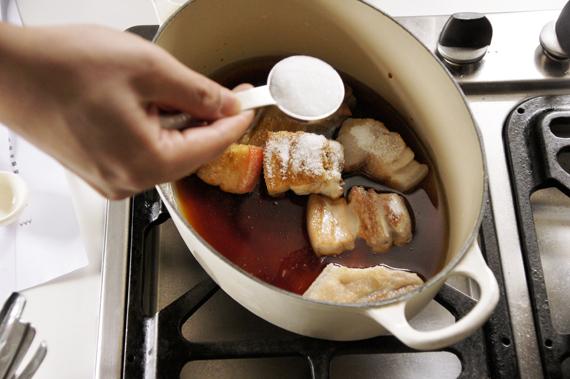 5. 另起一鍋,將肉與水、清酒、砂糖、醬油等調味煮約40分鐘。
