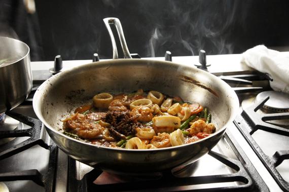 3. 依序加入鹽、醬油、白胡椒與白醋,最後加XO醬拌炒即完成。