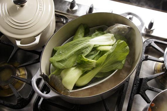 2. 放入青江菜(或燙過的綠色蔬菜),加入少許鹽巴再蒸3-5分鐘。