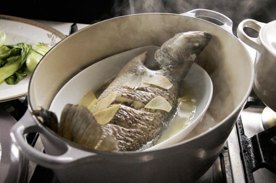 5. 擺上蒸好的魚。